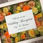 結婚式のウェルカムスペースにおしゃれな花のアレンジメント