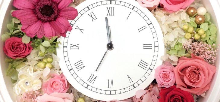 還暦祝いに花時計を手作りプレゼント プリザーブドフラワーが素敵な時を刻む