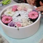 ご両親への花束はプリザーブドフラワー&実用的な時計で!贈呈品を可愛く作られました
