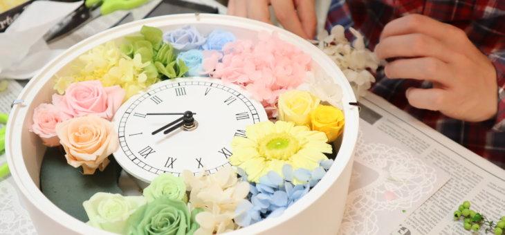 新郎から新婦へのプレゼント!カラフルなプリザーブドフラワーの時計を作られました