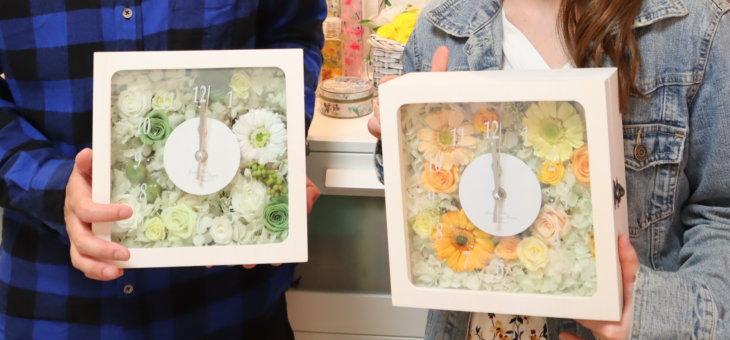 結婚式のご両親への贈呈花に爽やかなグリーンベースの時計を作られました