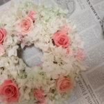 淡いピンクと白に目が離せない!綺麗な手作りリースを作られました