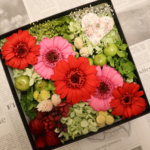 彼女への誕生日プレゼントに大人可愛いレッドのフラワーボックスを作られました